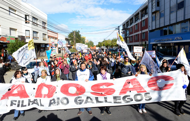Movilizó ADOSAC, representando a la justicia de Santa Cruz con una gran tortuga