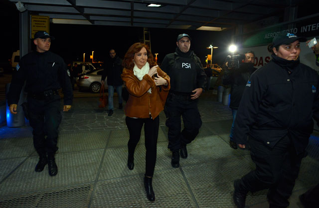 Cristina Fernández de Kirchner en el aeropuerto de El Calafate momentos antes de partir rumbo a Capital Federal – Foto: OPI Santa Cruz/Francisco Muñoz
