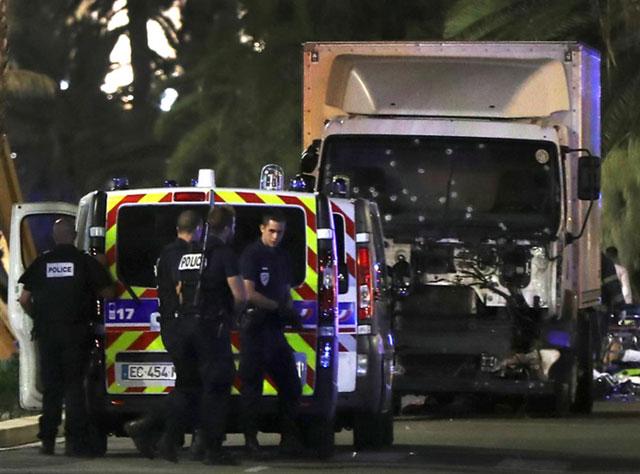 El mismo terror, otro método: un camión llenó de muerte a Niza