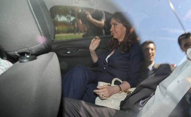 Visita exprés de Cristina Kirchner a Tribunales: dejó sus huellas digitales, hizo el examen socioambiental y se fue