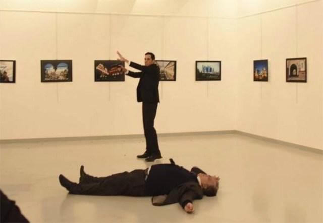 Atentado en Turquía: un policía asesinó a balazos al embajador de Rusia
