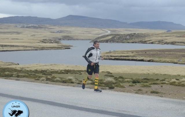 Corrió 250 kilómetros y logró unir los cementerios de los caídos en Malvinas