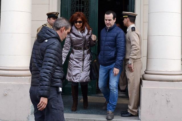 Cristina Fernández de Kirchner sale del Juzgado Federal de Río Gallegos luego de permanecer algunos minutos en su interior – Foto: OPI Santa Cruz/Francisco Muñoz