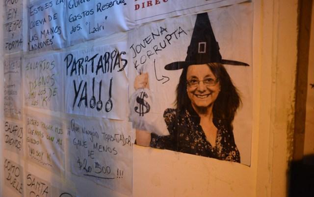 Pintadas y pegatinas en la Cámara de Diputados de Santa Cruz actividad organizada por la MUS – Foto: OPI Santa Cruz