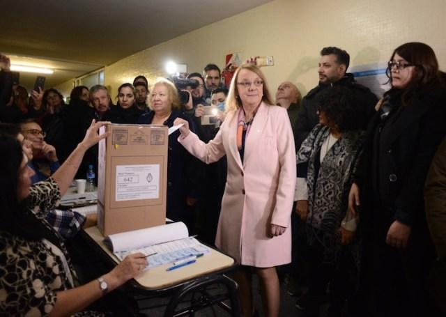 Votó la gobernadora en medio de gran tensión, insultos y fuertes medidas de seguridad