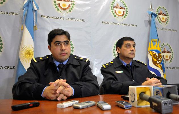 El subcomisario Martín Aguirre junto al comisario Salomón Aleuy– Foto: OPI Santa Cruz/Francisco Muñoz