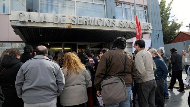 La MUS frente a la Caja de Servicios Sociales este mediodía - Foto: OPI Santa Cruz/Francisco Muñoz