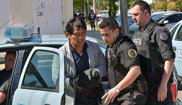 "Domingo ""cura"" Segundo ayer mientras era detenido - Foto: Gentileza Daniel Feldman"