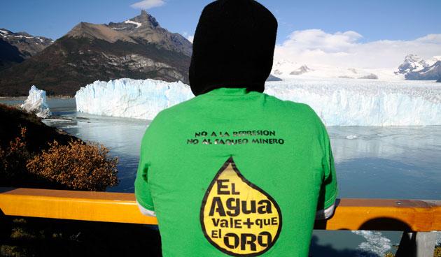 El agua vale mas que el oro señala la remera, frente al Glaciar Perito Moreno - Foto: OPI Santa Cruz/Francisco Muñoz
