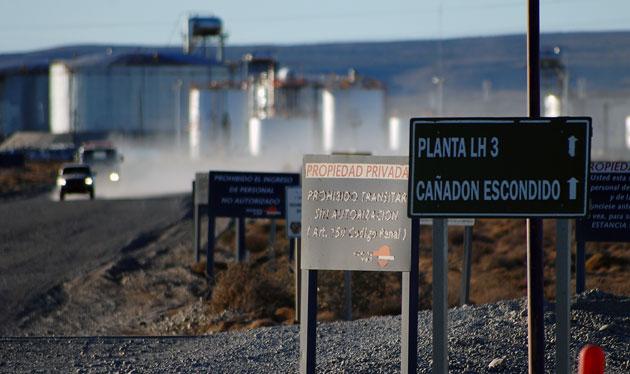 El acceso a las LH3 las planta que pertenece a Repsol YPF – Foto: OPI Santa Cruz/Francisco Muñoz