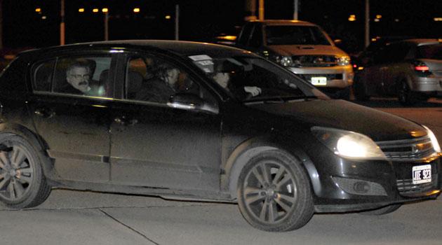 Rocío García conducia su vehiculo de acompañante Máximo Kirchner y en el asiento trasero el Dr Luis Bounomo - Foto: OPI Santa Cruz/Francisco Muñoz