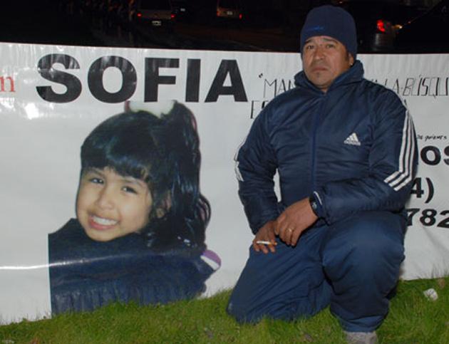 Fabián Herrera en Usuahia pidiendo por su hija en la vía pública (Foto: OPI Santa Cruz/Pedro Muñoz)