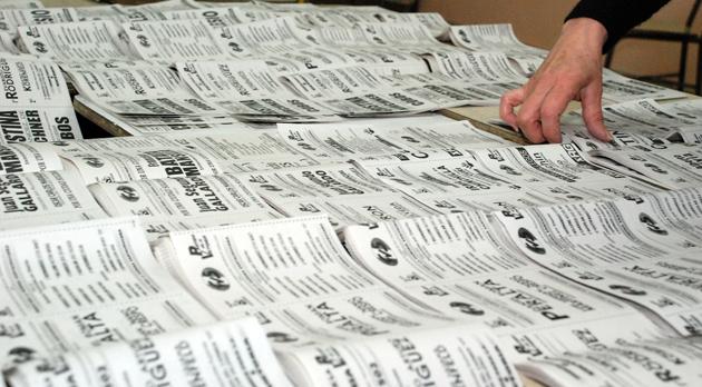 Muchas boletas en el cuarto oscuro - Foto: OPI Santa Cruz/Francisco Muñoz