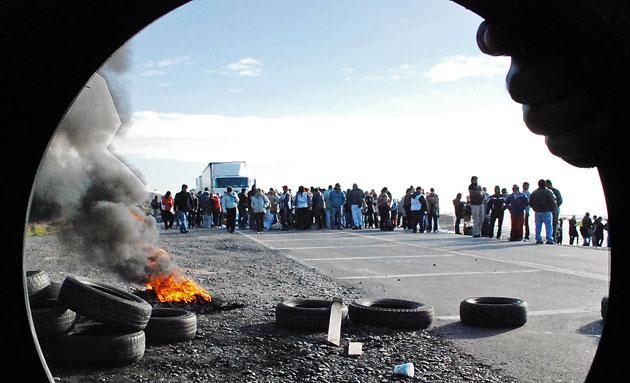El corte de ruta en el acceso norte a Caleta Olivia – Foto: Gentileza Alcides Quiroga