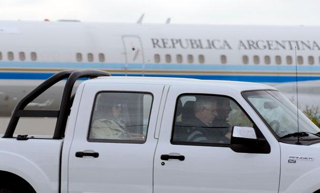 Florencia Kirchner sale de la pista del aeropuerto de Río Gallegos - Foto: OPI Santa Cruz/Francisco Muñoz