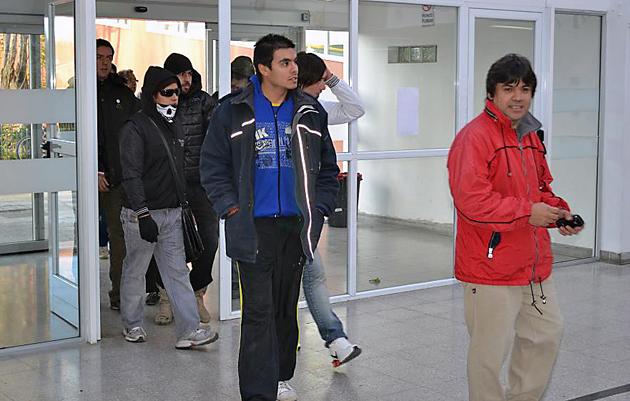 Raúl Gómez ingresa al Hospital de Río Gallegos acompañado por sus militantes - Foto: OPI Santa Cruz