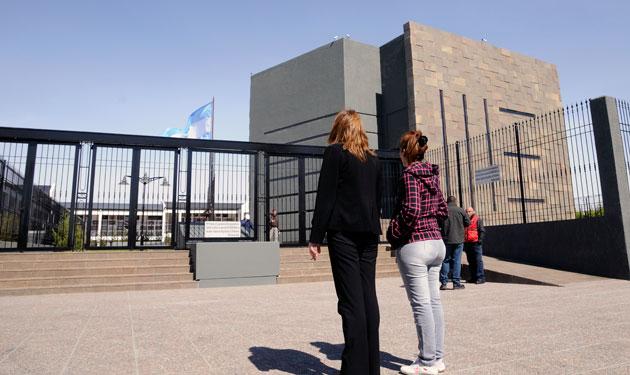 El Mausoleo donde descansan los restos de Néstor Kirchner, mañana sera visitados por los gobernadores que llegaran a Río Gallegos - Foto: OPI Santa Cruz/Francisco Muñoz