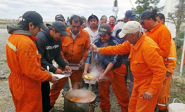 Los obreros de Austral Construcciones en la olla popular en el ruta  Foto archivo- Foto: OPI Santa Cruz