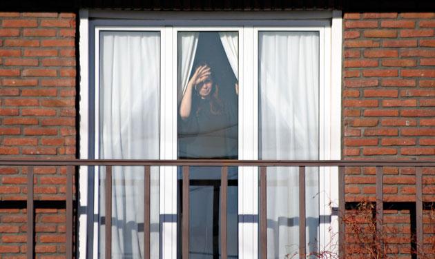 La Presidenta Cristina Fernández de Kirchner saluda desde la ventana de su casa a militantes del PJ Digital – Foto: OPI Santa Cruz/Francisco Muñoz