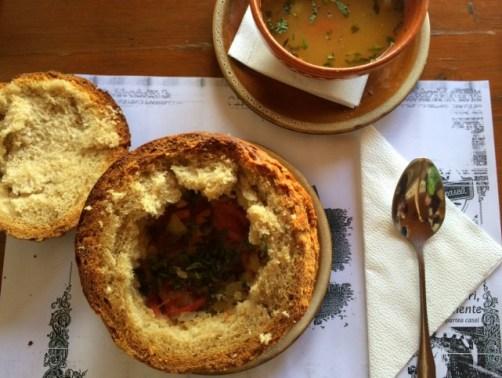 ciorba de fasole in coaja de paine