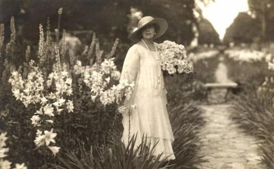 Regina Maria a României, în grădina cu crini și un buchet de trandafiri (www.tkinter.smig.net)