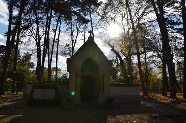 Capela Gheorghe Bibescu adăposteștemormintele familiei Bibescu, inclusiv ale prinților Mihai și George Basarab-Brâncoveanu.
