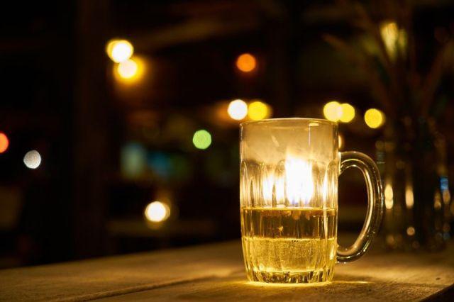 Pivovary a sklo. Pohár piva na stole.
