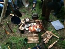 Je kan met een relatief klein vuur toch koken voor een groep van 25 personen. Ook hier heb je niet veel nodig....