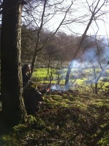 In het bos bij op een vuurtje koffie maken en spek met eieren bakken
