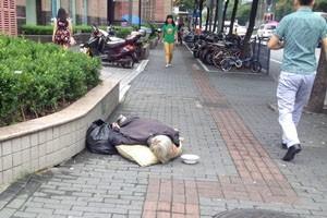 Bettlerin in Shanghai