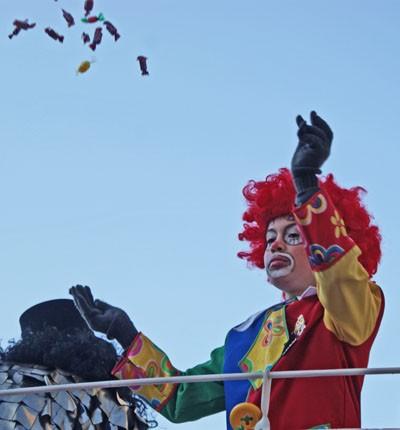 Der Clown nimmt seiner Arbeit ernst.