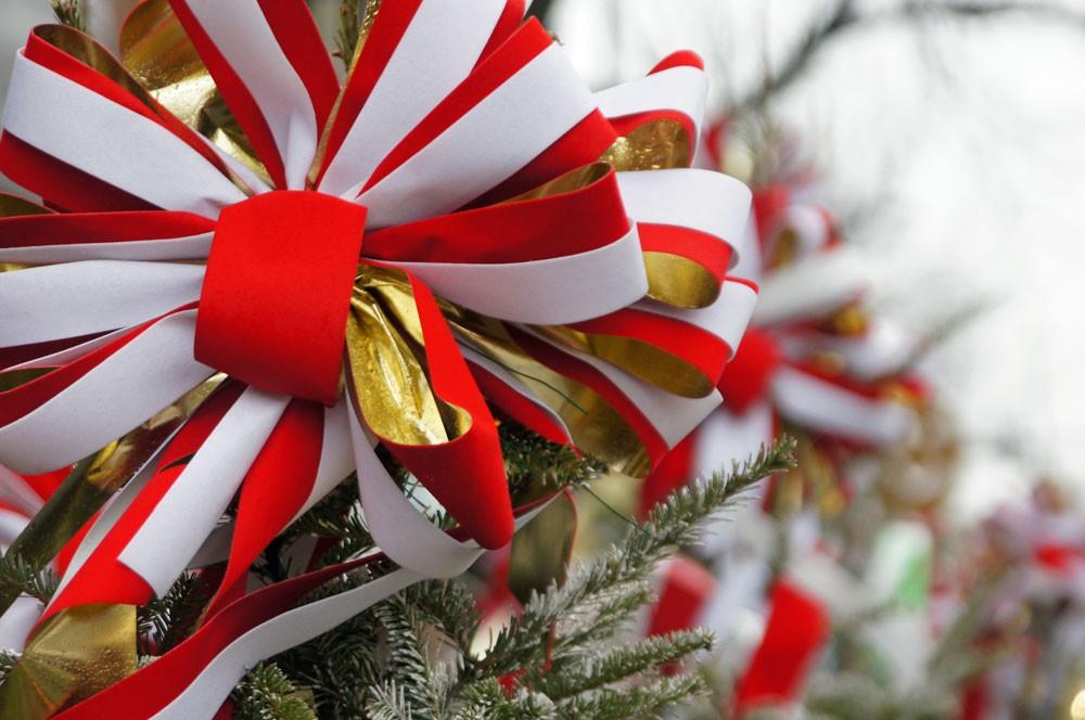 Weihnachtsschleife an Baum