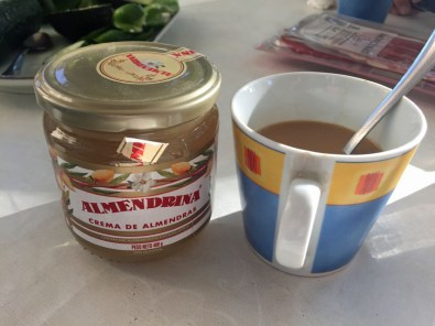 Mandelcreme in den Kaffee