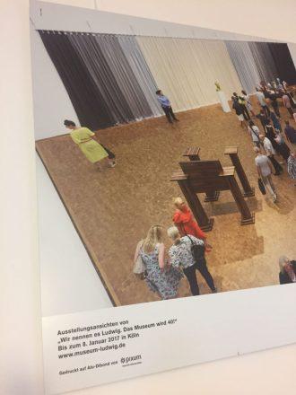 Ein Bild des Museum Ludwig in Köln - mit Ankündigung einer Ausstellung