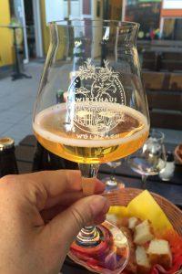 Die Bierverkostung beginnt mit hellem Bier