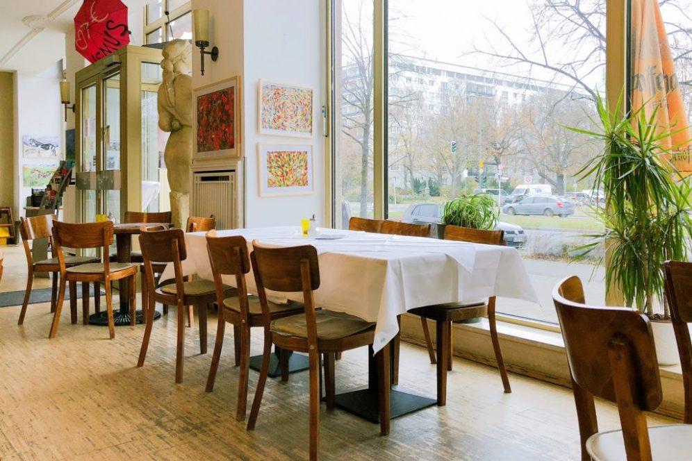 Im Café Sibylle in Berlin auf der Karl-Marx-Allee