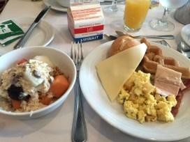 Frühstück mit Rührei und Müsli