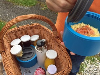Liebevolles Frühstück am Schäferwagen
