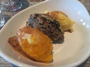 Haggis mit Kartoffel- und Rübenpüree