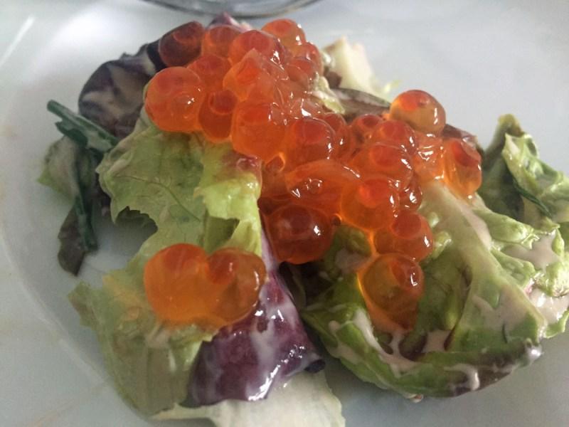 Kaviar auf Salat