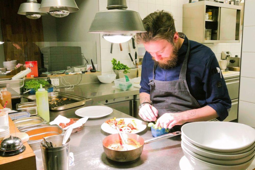 Fabrizio Cervellieri vom Berliner Restaurant Rusty verschönert die Vorspeise