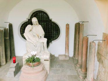 Außen an der Kirche in Brauweiler