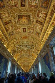 Menschenmassen, die in den Vatikanischen Museen nach oben starren