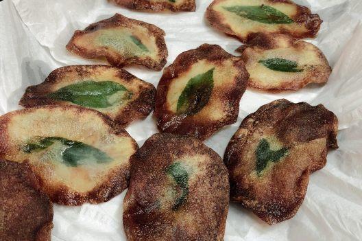 Chips mit Holunderblatt