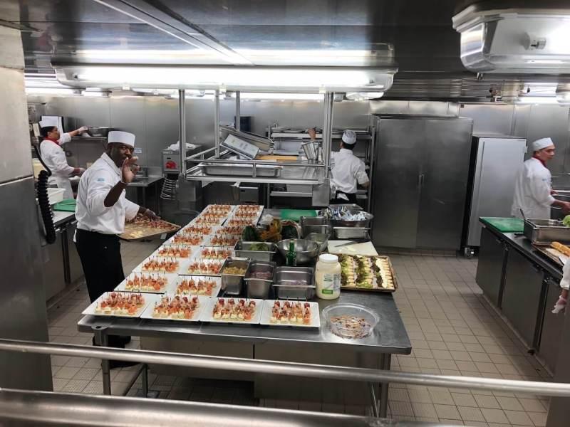 In der Küche eines Kreuzfahrtschiffs