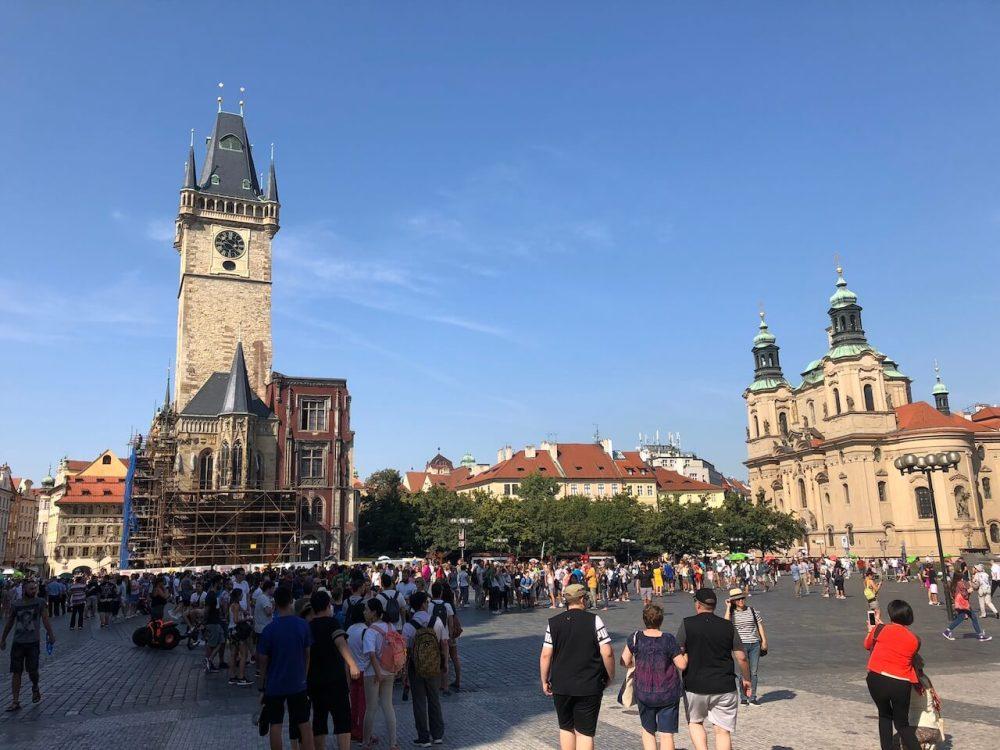 Der Prager Altstadtplatz mit den Rathausturm