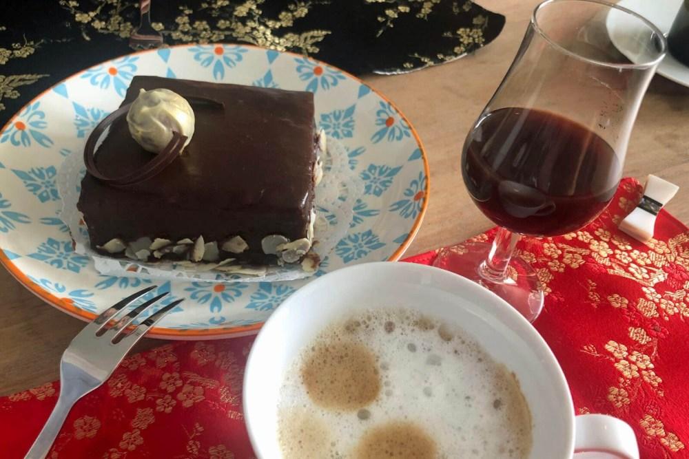Sachertorte mit Portwein und Espresso mit Milchschaum