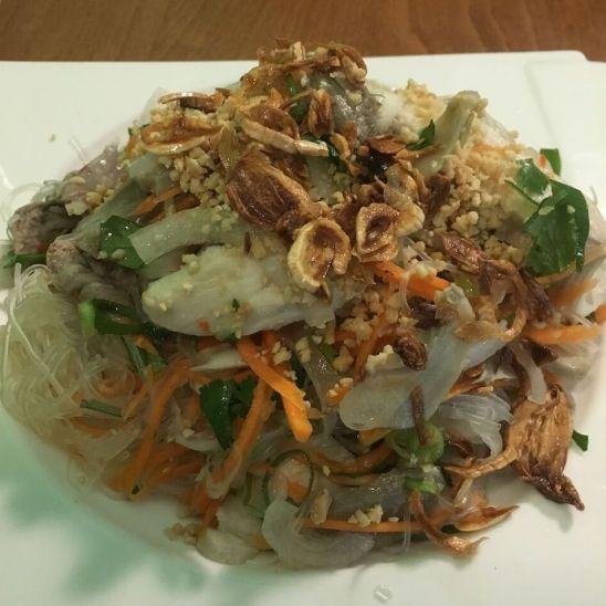 Eines der üppigen Hauptgerichte im vietnamesischen Restaurant Bun Pho in Köln
