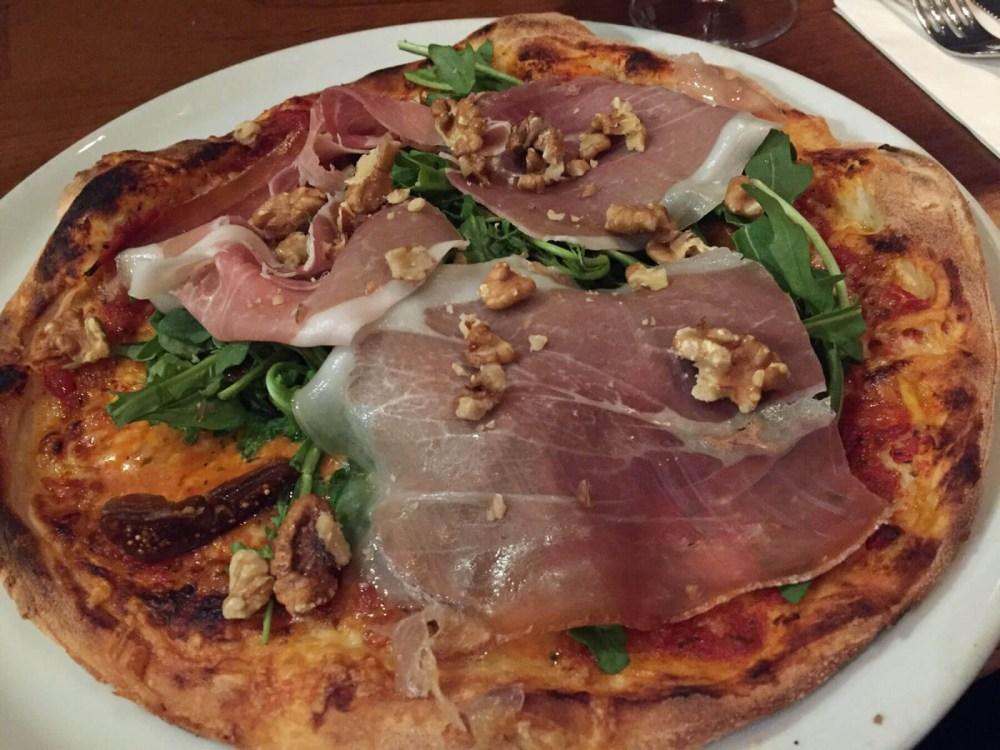 Pizza mit Serranoschinken