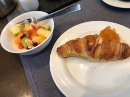 Abschluss: Obst und Croissant